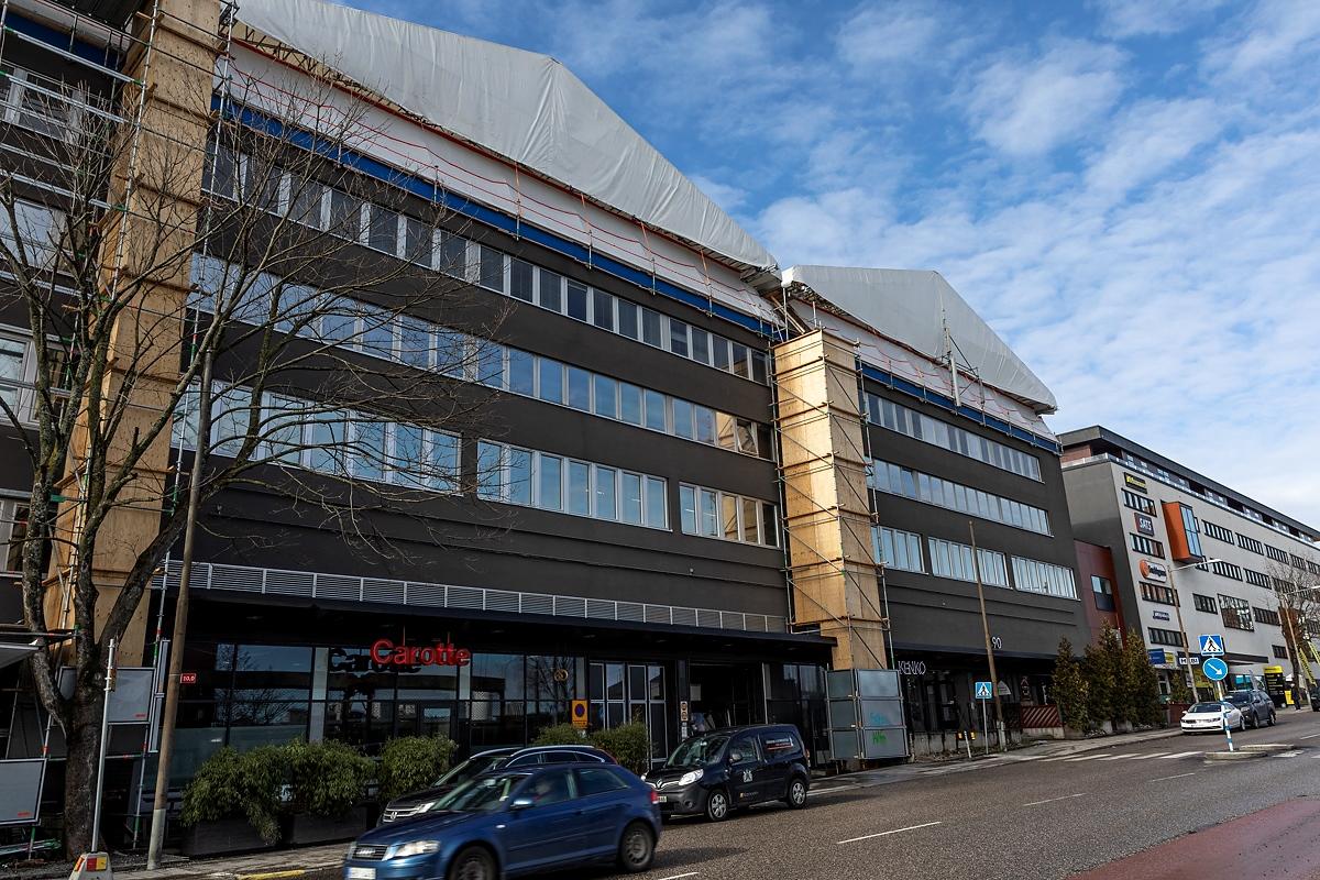 Toimistorakennusten loivan katon peruskorjaus ja uudistus Tukholmassa
