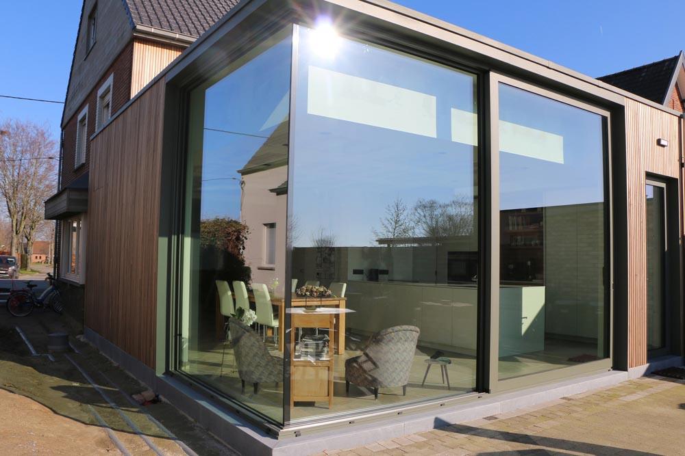 Transparante achterbouw te Merelbeke geïsoleerd met Eurothane Silver isolatie voor platte daken