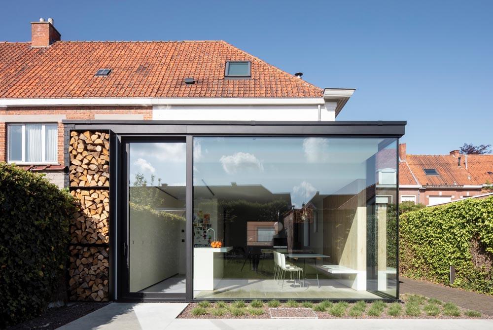 Introverte en onpraktische woning verbouwd tot een open en gezellige thuis te Izegem, geïsoleerd met Powerdeck F plat dak isolatie