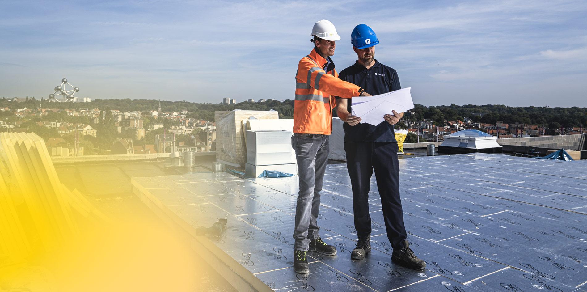 Thibaut van Recticel bekijk samen met plat dak aannemer de afschot plannen