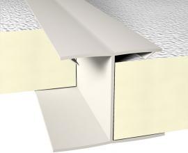 Installation et fixation de profilés en PVC pour panneaux d'isolation dans les toits de bâtiments agricoles.